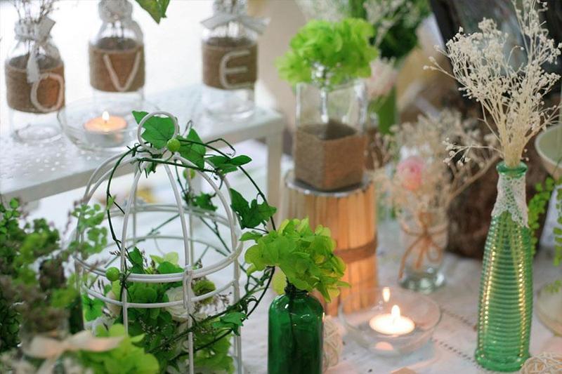 Trang trí tiệc cưới tại nhà với gam màu xanh lá ấn tượng
